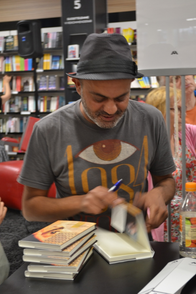 Hassan Blasim on selvästi lyönyt itsensä Suomessakin läpi. Kirjailija keräsi Tampereen Akateemisessa kirjakaupassa jättiyleisön - loistavaa. Harmittaa, että unohdin omat Blasim-kirjani kotiin, jäivät nyt vaille signeerausta.