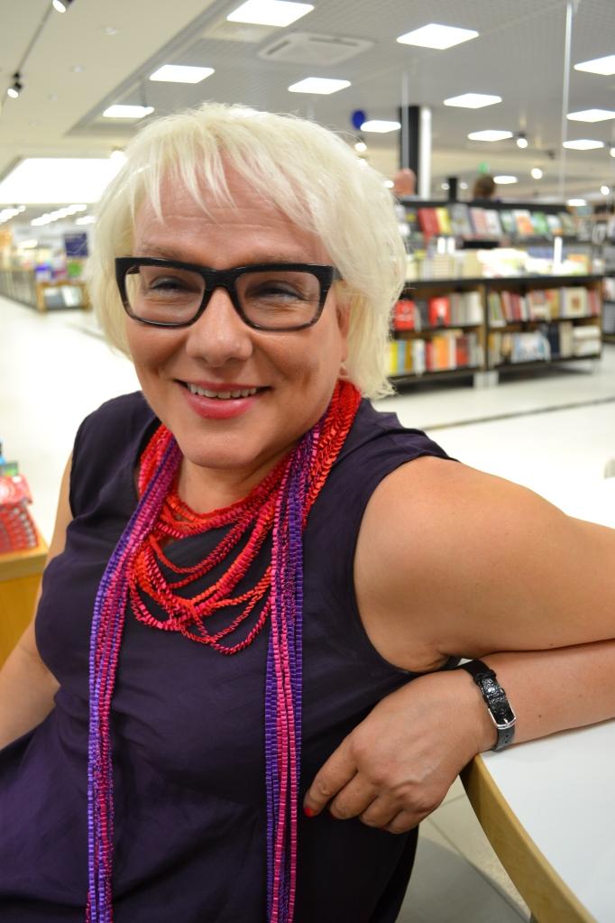 Taija Tuominen on kaiken muun ohella Kariston luottohaastattelija. Taija on myös hovilukijani; sain hiljattain palautetta tekeillä olevan romaanini ensimmäisestä kolmanneksesta.