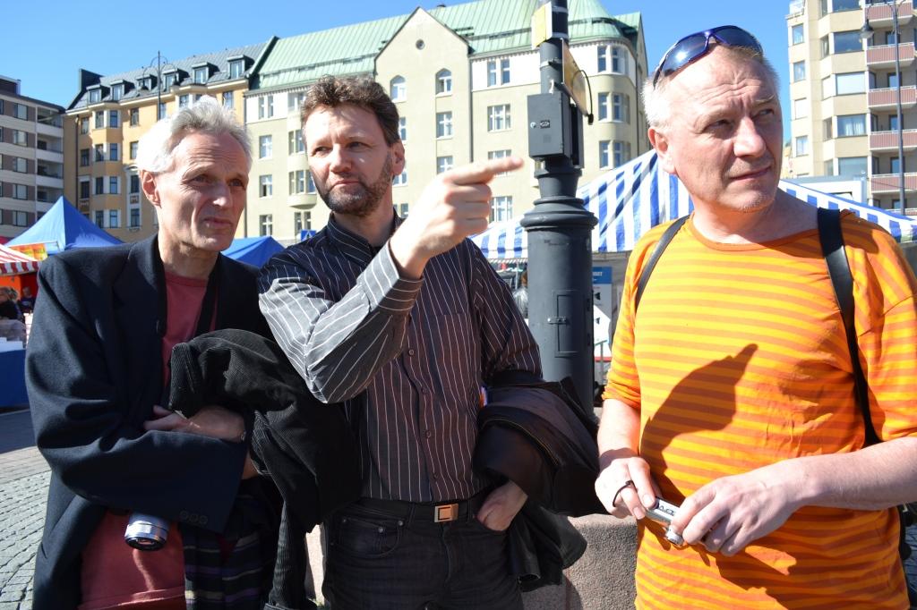 Työryhmämme kesäkuvaustuokio Tampereen Laukontorilla. Vasemmalla Ulrich Haas-Pursiainen, Dieter Hermann Schmitz ja Markku Soikkeli.