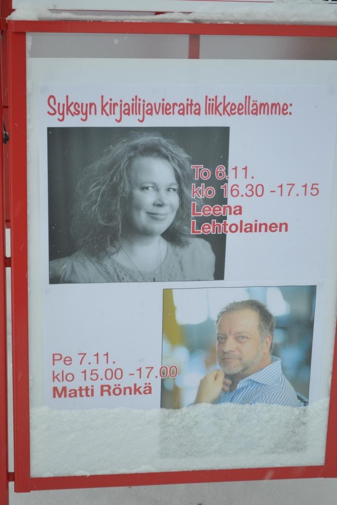 Leena Lehtolainen ja Matti Rönkä vierailivat kotipaikkakunnallaan marraskuussa ja vetivät kirjaston täyteen väkeä.