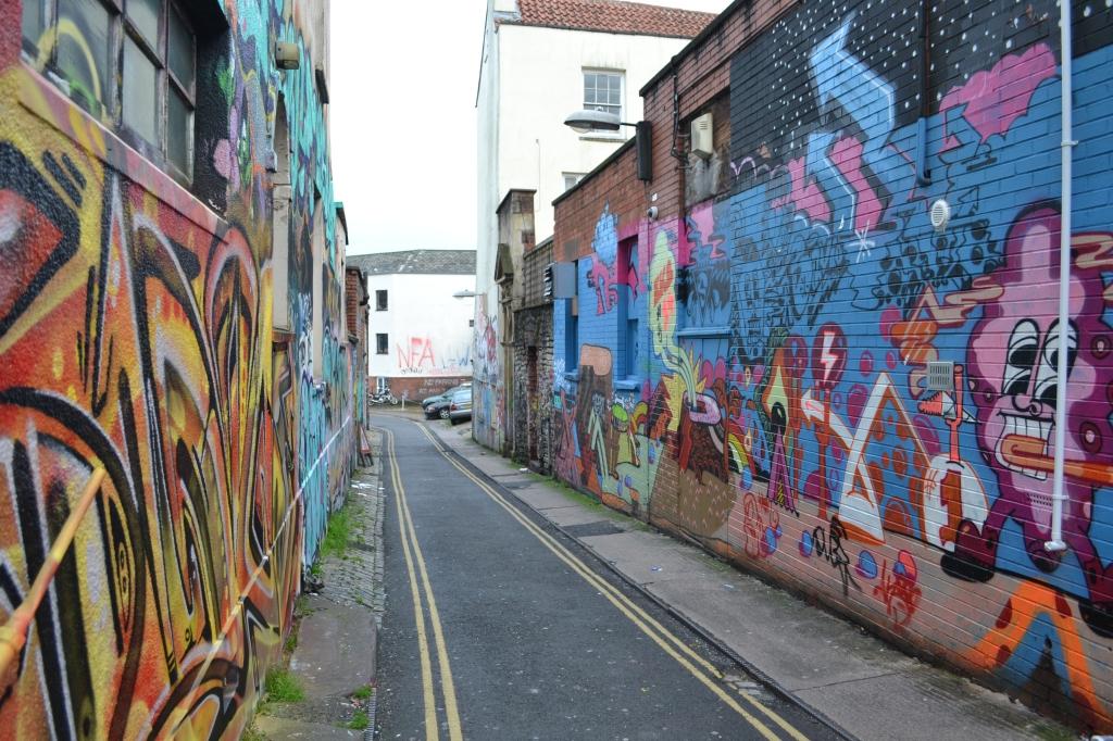 Aivan kulmamme takaa alkaa Stokes Croftin kaupunginosa, joka on täynnä toinen toistaan värikkäämpiä seinämaalauksia, myös Banksyä. Olen viettänyt muutaman iltapäivän kadulla valokuvaamassa. Upeita graffittiseiniä katsellessa tulee mieleen, että nyt taide on siellä, missä sen pitääkin olla, eikä kliinisesti pakattuna sisämuseoihin.